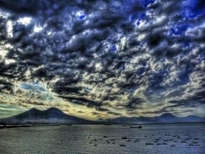 Postal: Cielo cubierto de nubes sobre el mar