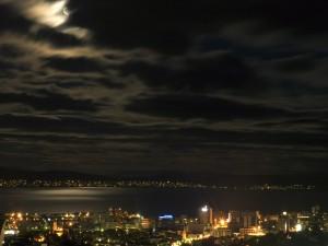 La luna en el cielo oscuro
