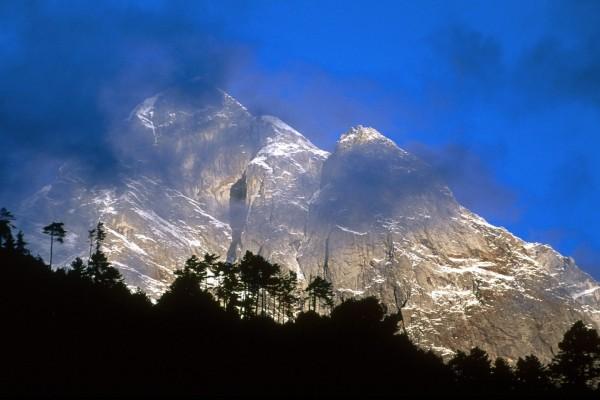 Nubes grises en la montaña