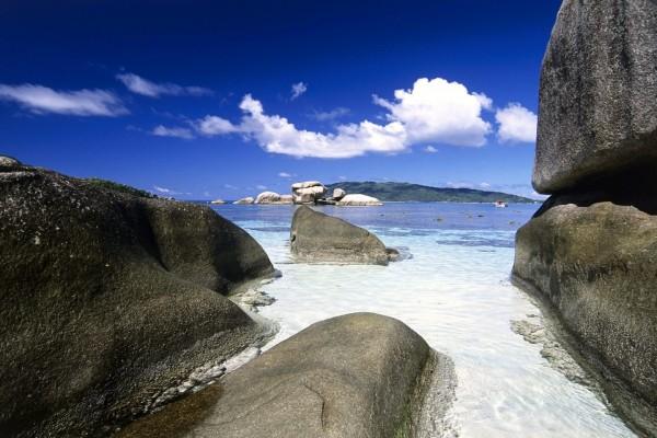 Grandes piedras en el mar
