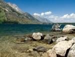 Grandes piedras en el lago