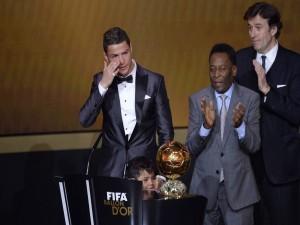 Cristiano llora al recibir el Balón de Oro 2013