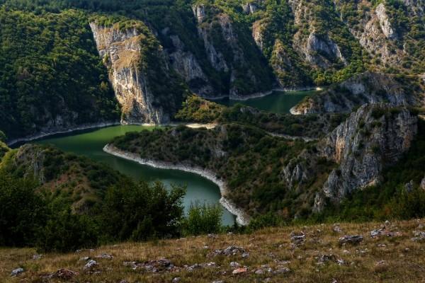 Río pasando por las grandes montañas