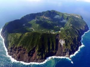 Increíble isla habitada en medio del mar