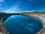 Lago con aguas azules muy tranquilas