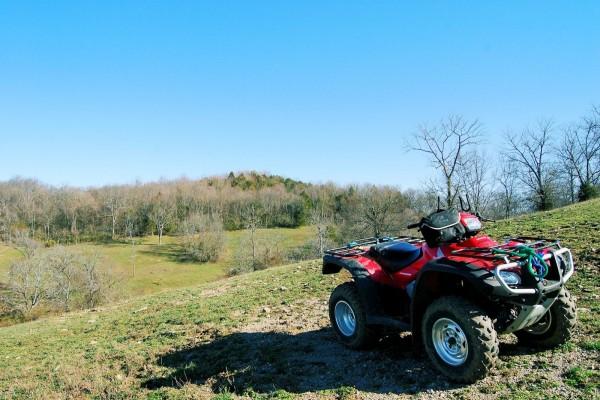Cuatrimoto Honda en las verdes praderas