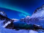 Una hermosa noche de invierno junto al lago azul