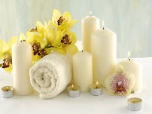 Velas, flores y toalla para descansar el cuerpo