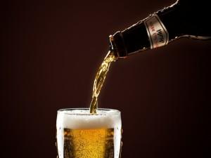 Cae cerveza en el vaso