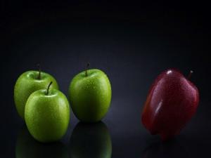 Una manzana roja y tres verdes