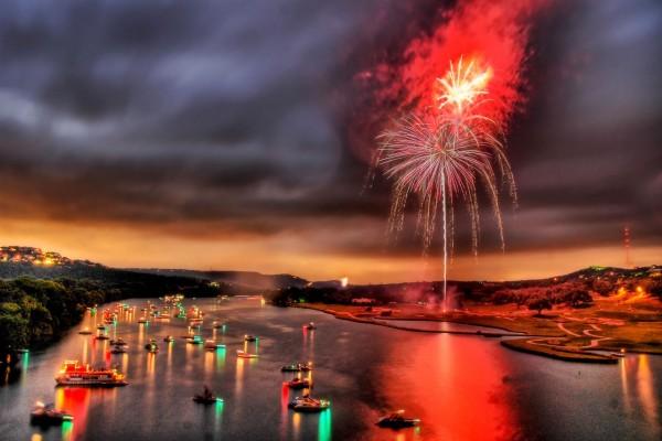 Fuegos artificiales en el río