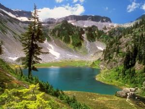 Postal: Pequeño lago entre montañas