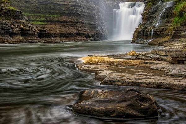 Cascadas entre las rocas