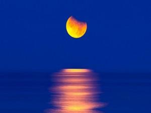La luna reflejada en el mar
