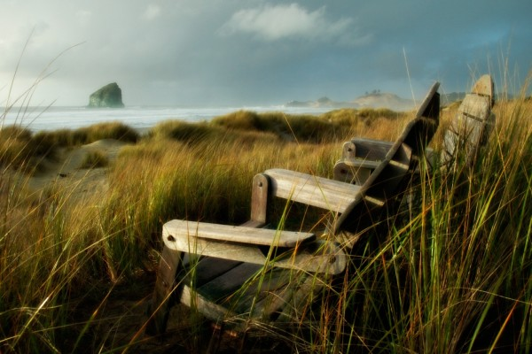 Sillas de madera para ver el mar