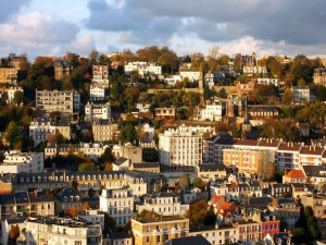 Postal: Árboles entre las casas de la ciudad