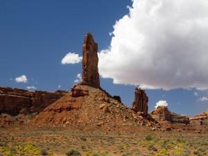 Postal: Grandes nubes sobre las rocas