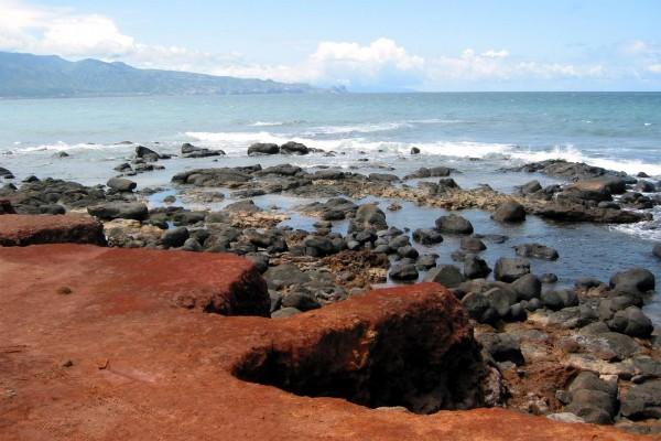 Piedras negras en el mar