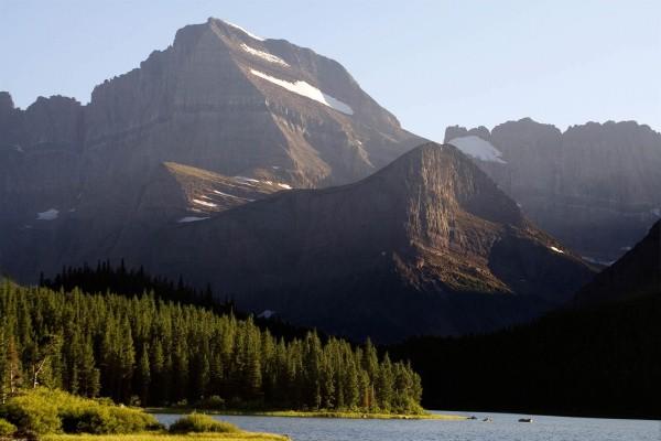 La luz del sol sobre la montaña