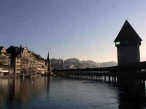 Puente cubierto sobre el agua