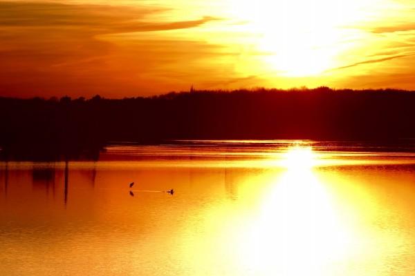 El sol reflejado en el lago al atardecer