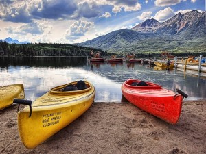 Postal: Canoas en la orilla de lago