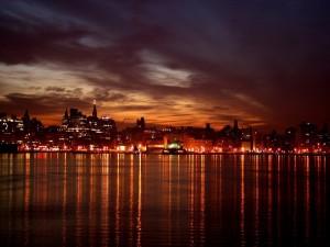Postal: Luces en el agua al llegar la noche