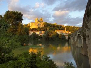 El río Orb y la ciudad de Béziers, Francia