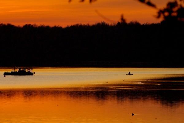 Barcas en el río al atardecer