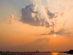 El sol en el cielo al atardecer