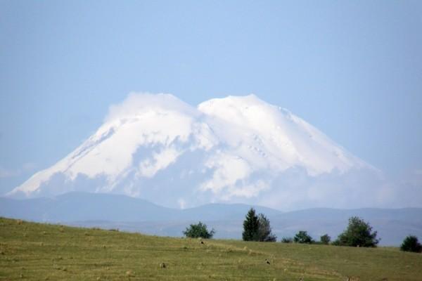 Grandes montañas cubiertas de nieve