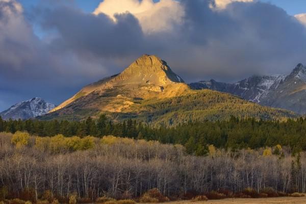 El sol ilumina la montaña