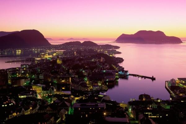 Alesund al caer la noche (Noruega)
