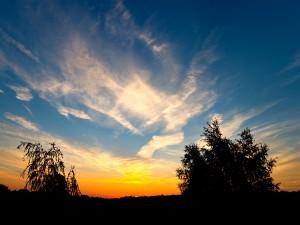 El cielo azul al amanecer
