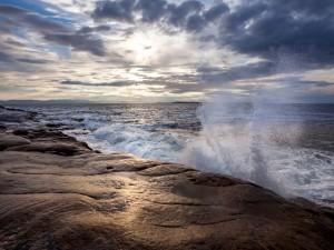El agua del mar chocando contra las rocas