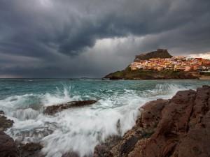 El mar y un pueblo costero