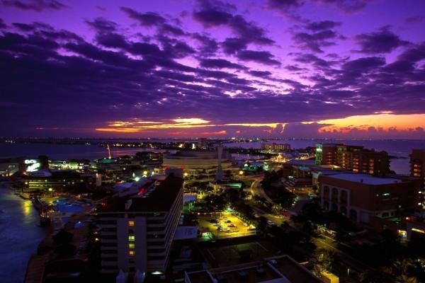 El cielo púrpura sobre la ciudad