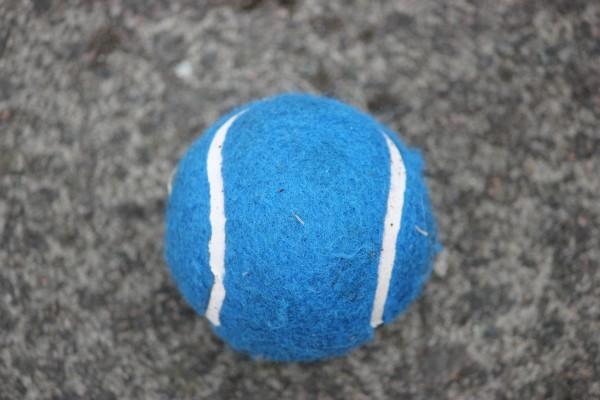 Pelota de tenis azul