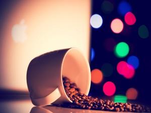 Postal: Granos de café junto a un Mac