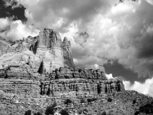 Montaña rocosa en blanco y negro
