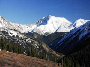 Postal: Cielo azul en las montañas nevadas