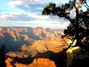 El reflejo del sol en las montañas del cañón