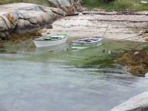 Postal: Dos barcas en una pequeña playa de Galicia, España