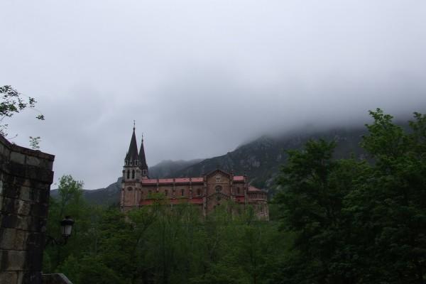 Niebla en la Basílica de Covadonga (Asturias, España)