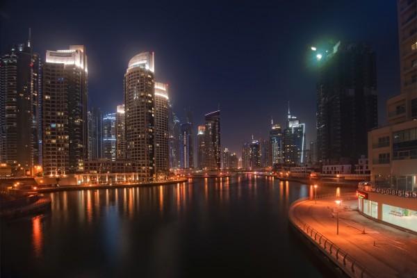 Rascacielos junto al agua