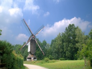 Postal: Molino de viento junto al camino
