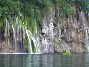 Cascadas en la pared de roca