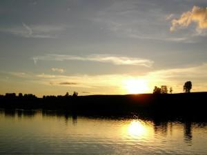 El sol reflejado en el agua al atardecer
