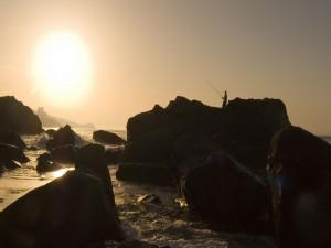 Postal: Pesca en las rocas del mar