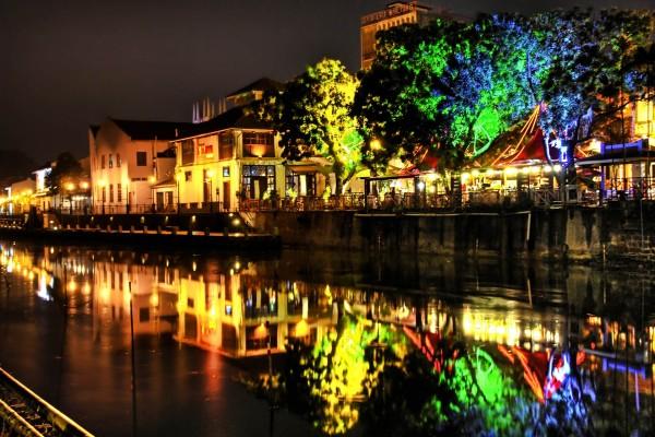 Río en la noche de la ciudad